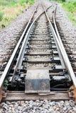 Hoofddiespoorwegspoor aan twee spoorwegsporen wordt gescheiden Stock Afbeelding