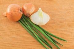 Hoofden en bladeren van uien stock foto