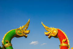 Hoofden van het standbeeld van Naka of van Naga of van het serpent met blauwe hemel Royalty-vrije Stock Afbeeldingen