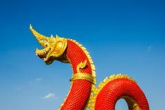 Hoofden van het standbeeld van Naka of van Naga of van het serpent met blauwe hemel Stock Foto