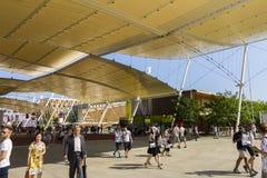 Hoofdexpo-straat met vele bezoekers en paviljoenen aan de kanten op Milaan EXPO 2015 Stock Afbeeldingen