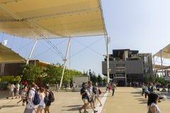 Hoofdexpo-straat met vele bezoekers en paviljoenen aan de kanten op Milaan EXPO 2015 Royalty-vrije Stock Fotografie
