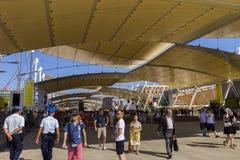 Hoofdexpo-straat met vele bezoekers en paviljoenen aan de kanten op Milaan EXPO 2015 Royalty-vrije Stock Afbeelding