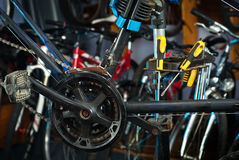 Hoofdfietsreparaties in workshop 4 Stock Foto