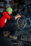 Hoofdfietsreparaties in workshop 15 Stock Foto