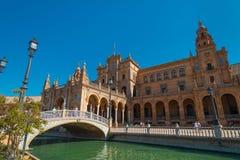 Hoofdgebouw en brug bij het Vierkant van Spanje, Plaza DE Espana, in Sevilla stock afbeelding