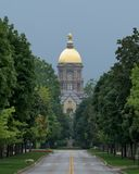 Hoofdgebouw en Gouden Koepel in Notre Dame stock foto