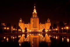 Hoofdgebouw van de Universiteit van de Staat van Moskou bij nacht, stock foto's