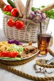 Hoofdgerecht met groenten en kebab wordt gemaakt die Stock Foto's
