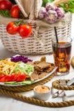 Hoofdgerecht met groenten en vleeskebab die wordt gemaakt Royalty-vrije Stock Afbeeldingen