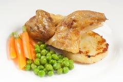 Hoofdgerechtmenu met verse kip, wortelen, bonen en aardappel royalty-vrije stock foto