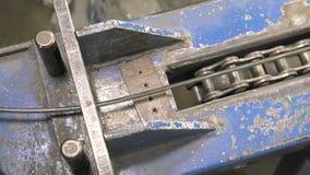 Hoofdgoudsmid die met zilver werken stock footage