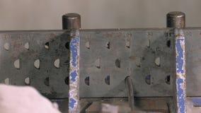Hoofdgoudsmid die met zilver werken stock video