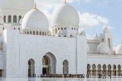 Hoofdingang met lijn van toeristen van Sheikh Zayed Grand Mosque met blauwe hemel in de ochtend in Abu Dhabi, de V.A.E Royalty-vrije Stock Foto