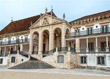 Hoofdingang van de oudste Europese Universiteit Coimbra, Portugal stock afbeelding