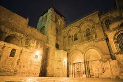 Hoofdingang van Heilige Grafgewelfkathedraal en de binnenplaats voor de tempel bij nacht Jeruzalem, Israël stock afbeeldingen