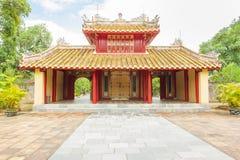 Hoofdingang van het graf van Minh mang in de Keizerstad van Tint stock afbeeldingen