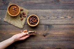 Hoofdingrediënt voor chocolade Cacaopoeder in kom dichtbij cacaobonen op de donkere houten ruimte van het achtergrond hoogste men Stock Afbeeldingen