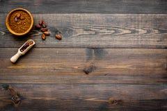 Hoofdingrediënt voor chocolade Cacaopoeder in kom dichtbij cacaobonen op de donkere houten ruimte van het achtergrond hoogste men Stock Afbeelding