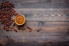 Hoofdingrediënt voor chocolade Cacaopoeder in kom dichtbij cacaobonen op de donkere houten ruimte van het achtergrond hoogste men Royalty-vrije Stock Foto's