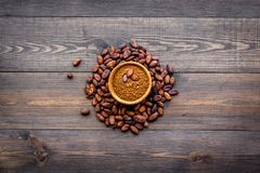 Hoofdingrediënt voor chocolade Cacaopoeder in kom dichtbij cacaobonen op de donkere houten ruimte van het achtergrond hoogste men Royalty-vrije Stock Foto