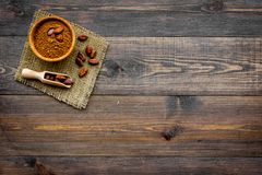 Hoofdingrediënt voor chocolade Cacaopoeder in kom dichtbij cacaobonen op de donkere houten ruimte van het achtergrond hoogste men Stock Foto