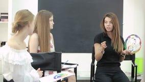 Hoofdklasse voor grimeurs een combinatie schoonheidsmiddelen make-uplessen stock footage
