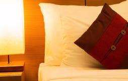 Hoofdkussen in bed bij nacht Stock Afbeeldingen