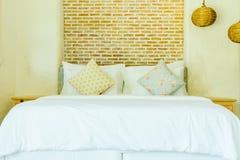 Hoofdkussen op beddecoratie in slaapkamerbinnenland Royalty-vrije Stock Fotografie