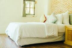 Hoofdkussen op beddecoratie in slaapkamerbinnenland Royalty-vrije Stock Afbeelding