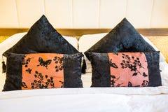 Hoofdkussen op het bed stock afbeelding