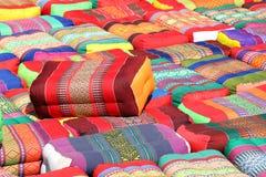 Hoofdkussen, traditioneel inheems Thais stijlhoofdkussen, kleurrijk Thais stijlhoofdkussen, vele diverse stapel van de hoofdkusse stock afbeeldingen