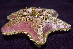 Hoofdkussen van het Beaautiful het roze fluweel met gouden kralenversiering royalty-vrije stock afbeelding