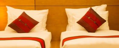Hoofdkussens in bed bij nacht Royalty-vrije Stock Afbeelding