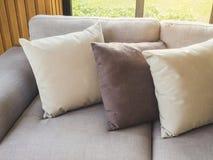 Hoofdkussens bij Sofa Living Home-de binnenhuisarchitectuur royalty-vrije stock afbeeldingen