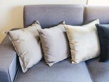 Hoofdkussens bij Sofa Living Home-de binnenhuisarchitectuur stock afbeelding