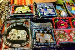 Hoofdkussens die met geborduurde olifanten op een markt verkopen stock foto
