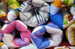 Hoofdkussens in kleurrijke doek Stock Foto's
