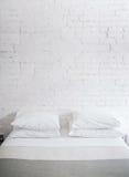 Hoofdkussens op bed Stock Foto's