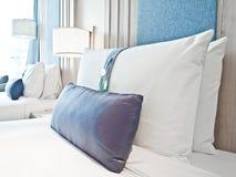Hoofdkussens op bedden in hotel Stock Foto