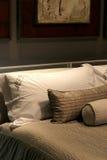 Hoofdkussens op een Bed Stock Afbeelding