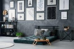 Slaapkamer Groen Grijs : Binnenland van slaapkamer met groene muur stock afbeelding