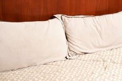 Hoofdkussens op het bed stock fotografie