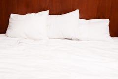 Hoofdkussens op het bed royalty-vrije stock afbeelding