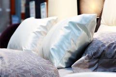 Hoofdkussens op het bed royalty-vrije stock afbeeldingen