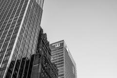Hoofdkwartier van een bekende, dagelijks financiële krant die het embleem tonen bij de bovenkant van het gebouw stock afbeelding