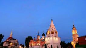 Hoofdoriëntatiepunten in Kolomna, de kerken van Rusland en historische gebouwen in de avond stock videobeelden
