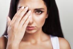 Hoofdpijn en strenge spanning ervaring Pijnlijk gevoel in het hoofd moeheid Het concept gezondheid op een grijze achtergrond Stock Foto
