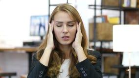 Hoofdpijn, het Werkoverbelasting, Beklemtoond Meisje op het Werk in Bureau stock footage