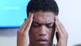 Hoofdpijn, Verstoorde Jonge Zwarte Mens dicht omhoog stock footage